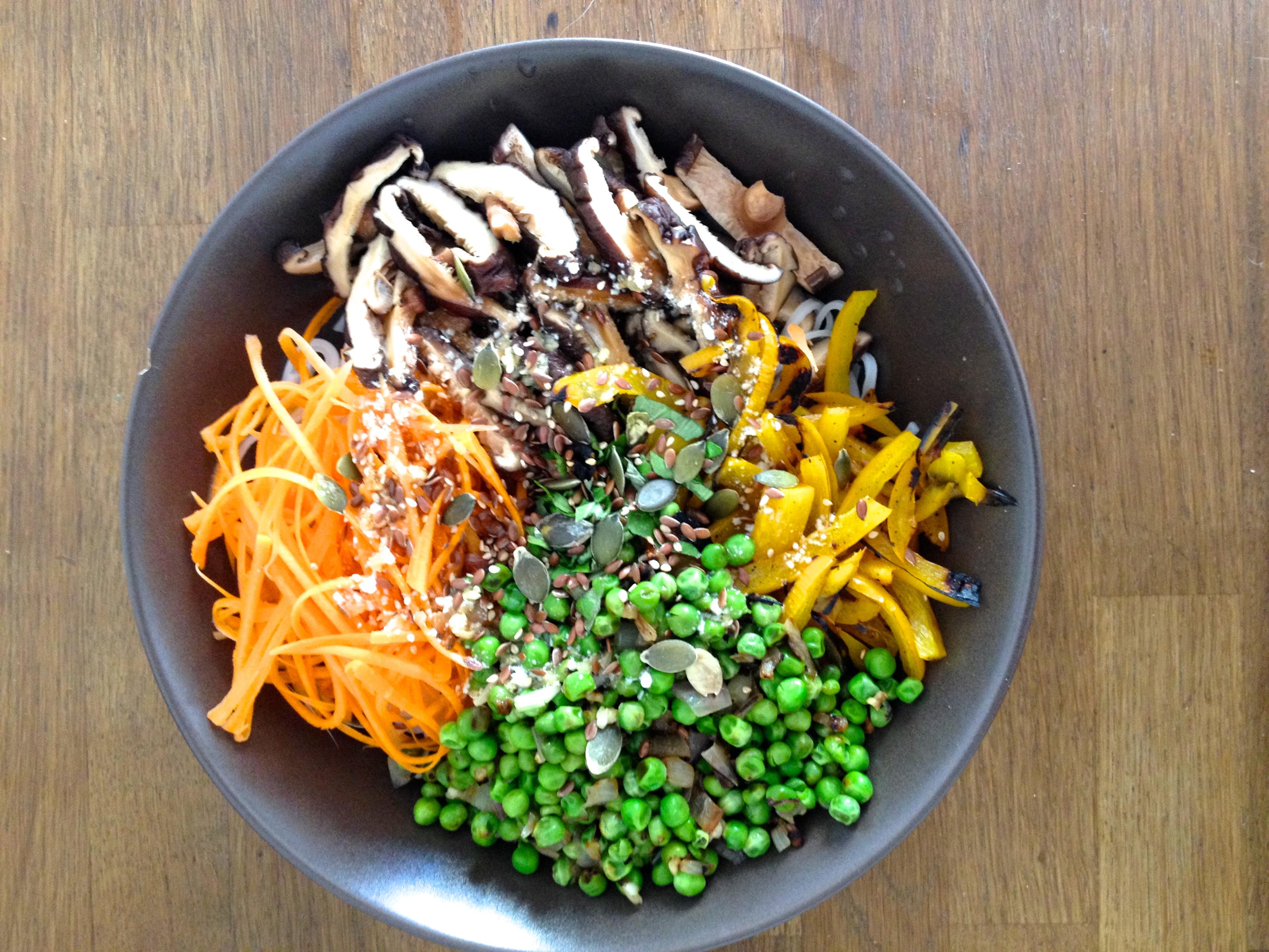 vegan noodles carottes champignons poivrons petits pois allure green. Black Bedroom Furniture Sets. Home Design Ideas